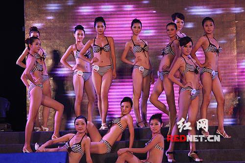 新丝路模特大赛湖南总决赛中女模特在表演泳装