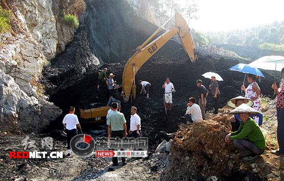 洞口煤炭塌方,被埋挖机人员成功获救(视频)