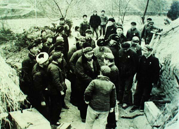 1964年10月,湖南省副省长华国锋陪同军事科学院院长叶剑英元帅在长沙观看民兵军事比武