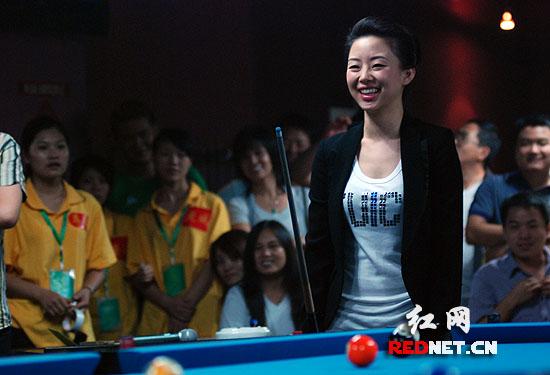 台球天后潘晓婷长沙秀球技 与粉丝过招刻意让步
