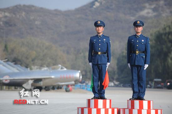 (重新装修即将开放的航空博物馆,士兵正在站岗。)   红网潇湘晨报北京11月5日讯(特派记者 谢伦丁 摄影 秦楼)上午10点,北京近郊的沙河机场,在有树荫遮蔽的草地,今冬第一场雪还没有完全化掉。但紧连着的宽敞停机坪,完全是另一番温暖景象,披着迷彩外衣的直8KA,银灰色的歼7、歼8、歼10战机整齐停降在灿烂如洗的阳光中。      一个月前的国庆大典上,这些新中国的雄鹰,曾以中国航空顶级装备的姿态,在全世界注视下潇洒地划着弧线掠过天安门上空。一个多月过去,它们安静的机翼上,似乎依然闪烁着掩不住的