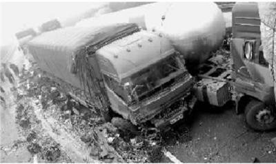 雾锁京珠高速 13车连环相撞3死9伤