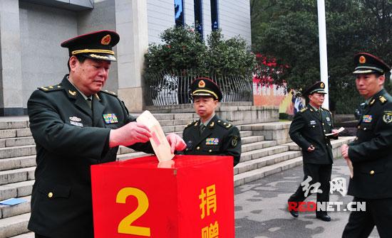 张永大_湖南省军区司令员张永大(左一),政委杨忠民(左二)带头捐出爱心款.