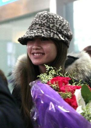 杨丞琳/杨丞琳素颜抵达机场收示爱玫瑰与粉丝边走边聊
