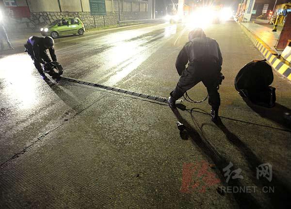"""长沙/(接到""""歹徒""""抢劫后驾车逃逸的通报,长沙第三特警大队的队员们..."""