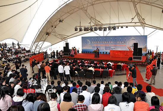 """3月21日上午,志愿者们在风帆广场郑重宣誓:""""你我他,从现在起,争做保护母亲河的实践者……"""""""