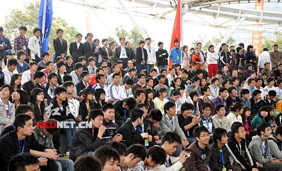 在宣传活动结束后,志愿者们还主动走上湘江堤岸,开始了万人清扫湘江活动。