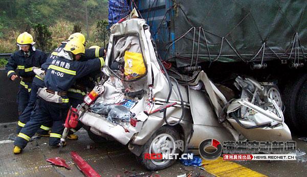 扫墓途中汽车追尾6死4伤 面包车被压成铁饼 视频图片