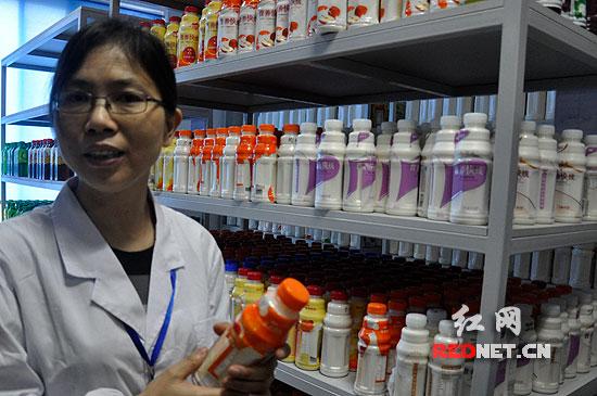 在长沙娃哈哈生产基地的检测室,存放着每一个小时生产饮品的样品。