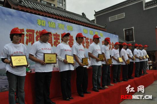 新河街道内的志愿者企业和商家被授牌表彰。