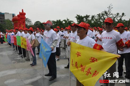 街道内的20个志愿者服务队正式亮旗开展服务。