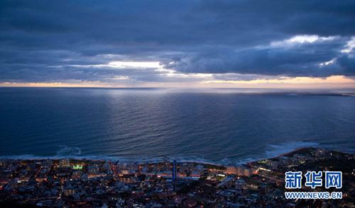 开普敦是南非第二大城市,南非立法首都,以其美丽的自然景观闻名于世。开普敦是欧裔白人在南非建立的第一座城市,集欧洲和非洲人文、自然景观特色于一身。作为国际大都市,开普敦的夜生活惬意充实,入夜后的城市闪烁着梦幻般的阑珊灯火。