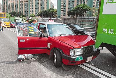 无人驾驶下失控冲前,连撼两辆奔驰房车及一辆货车始停下.的高清图片