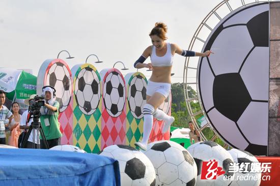 《快乐美美向前冲》比足球