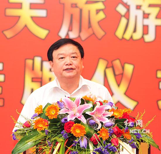 湖南省教育厅厅长张放平宣读了湖南省人民省政府同意开办湖南高尔夫旅游职业学院的批文。
