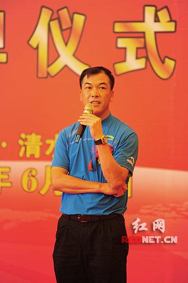 中国目前排名第一的高尔夫运动员张连伟在致辞中说湖南高尔夫旅游职业学院的成立将极大地促进中国高尔夫运动的发展。