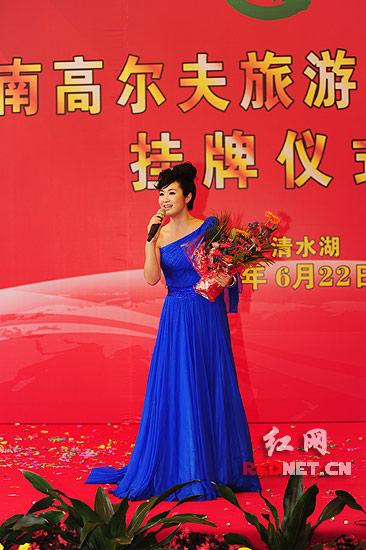 著名歌手刘一祯正在演唱她自己作词的歌曲《清水湖》。