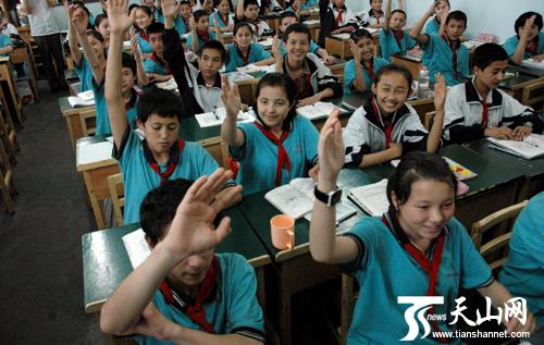 (乌鲁木齐市第66中学初一(1)班学生举手回答老师提问)