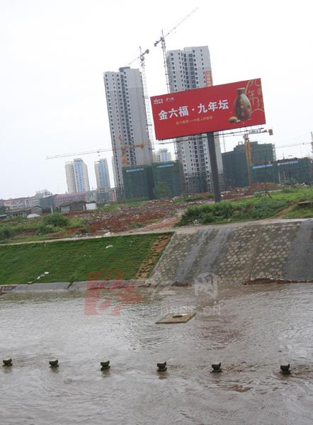 湖南 娄底/(6月24日,湖南省娄底市涟水里洪水猛涨,淹没了风光带旁边的护...