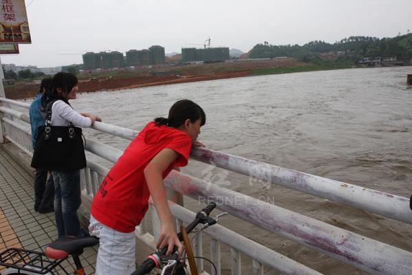 湖南 娄底/(6月24日,湖南省娄底市涟水里洪水淹没了风光带护拦,吸引许多...