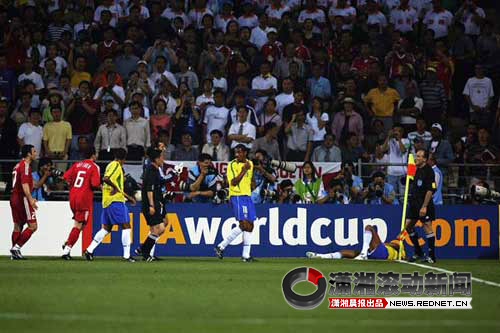 (2002年韩日世界杯上,里瓦尔多被球击中腿部抱头倒地.)6.里...