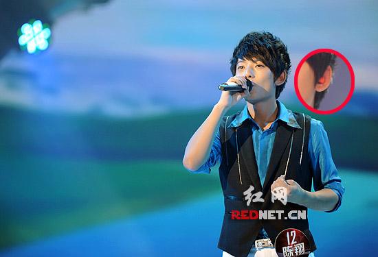 陈翔带着听力保护器演唱高清图片