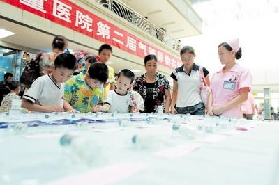 在省儿童医院门诊大厅,60件取自婴幼儿气管的异物标本齐齐展出,引起了