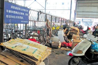 """长沙 戴卫生/红星大市场里,消防通道""""禁止停放任何车辆和摆摊设点堆物""""的..."""