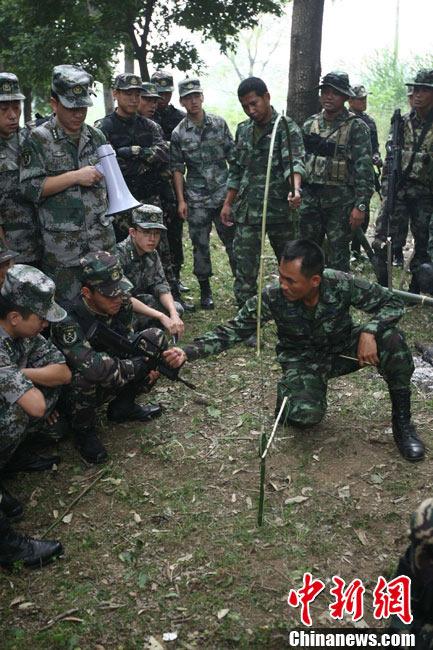 中泰特种部队士兵交流野外生存技巧图片