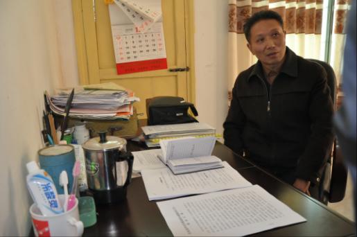 东安县芦洪市镇溪源村,蒋孔吉在仅容一床一桌的宿舍接受采访。