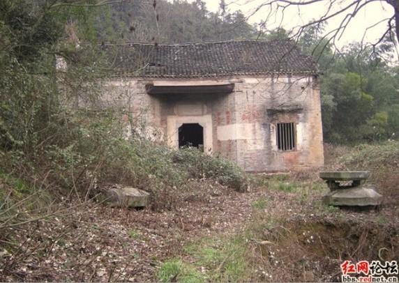 彭玉麟墓位于衡阳县樟木乡境内。墓庐的山门是原汁原味的清代建筑。