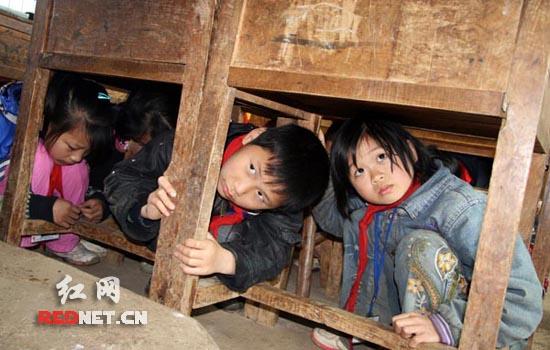 邵阳县中小学校园举行防地震安全演练(图)