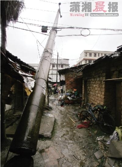 """在家做饭""""天降""""脚手架 拉断电线杆致500户居民停电"""