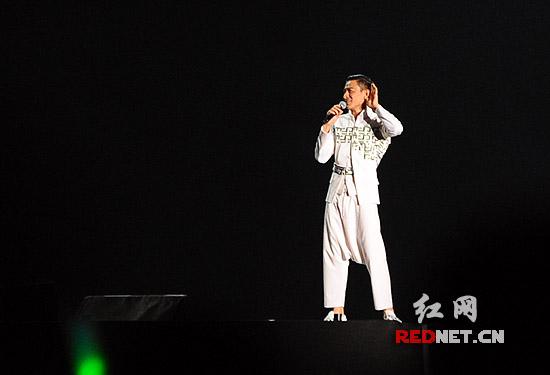 刘德华与歌迷互动。