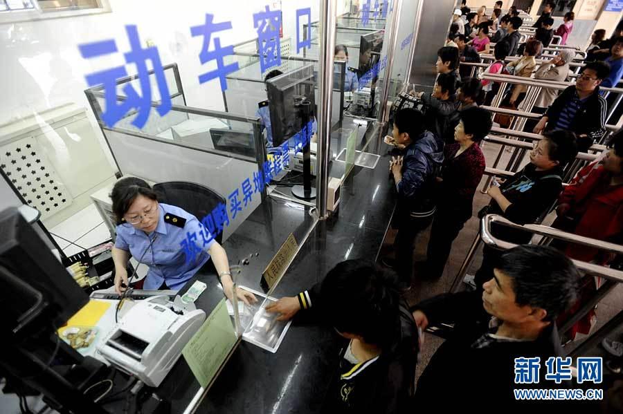 旅客在沈阳火车站排队购买动车车票