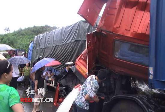 副驾驶室被压严重,导致车门变形无法打开,被困者腿被车厢内的电路线