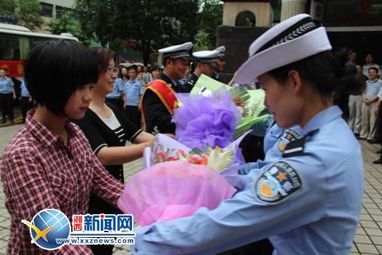 吴浩获/吴浩一行归来受到州公安局全体干警的热烈欢迎记者 张军/摄