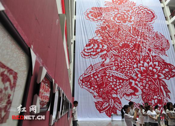庆祝建党90周年 世界上最大《寿》字剪纸现身益阳