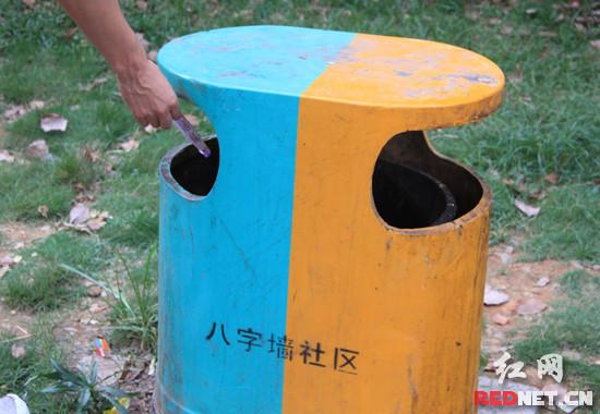 (一些市民随手将不可回收垃圾扔入可回收垃圾桶)