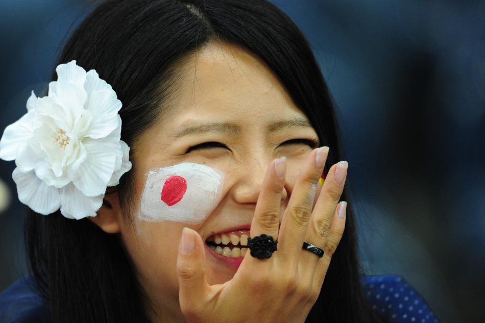 日本美女球迷笑得很灿烂