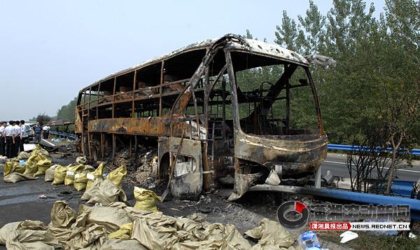 (事故客车已经烧得只剩车架。图/新华社)   22日凌晨4点左右,京珠高速从北向南938公里又700米处,信阳明港附近一辆大客车发生燃烧。      据现场组织救援的河南省安监局局长张国辉介绍,经初步调查,事故发生时,这辆客车共载有乘客47人,除当地紧急救出的6人,其余41人死亡。另据调查,这辆客车荷载人数为35人,属严重超员。但起火原因仍然不明。      据信阳市公安局介绍,救出的6人中,1人重伤,且已被安排在驻马店159医院救治。据医院救治医生介绍,重伤者随时会有生命危险。包括中度烧伤驾驶员在内的