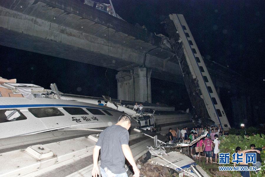 温州/7月23日拍摄的动车追尾脱轨事故现场。...