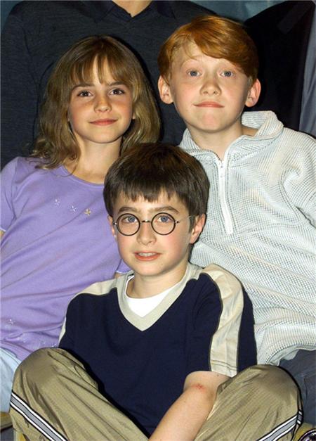 (年幼的哈利·波特在9又4/3站台登上火车,认识了赫敏和罗恩)图片