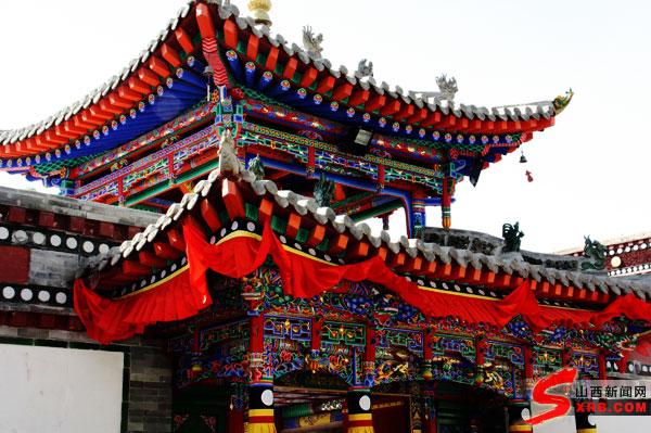 位于青海省西宁市湟中县鲁沙尔镇西南隅的莲花山坳中的塔尔寺进行参观