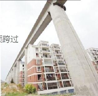 安徽合肥一在建铁路高架桥从小区楼顶跨过(图)