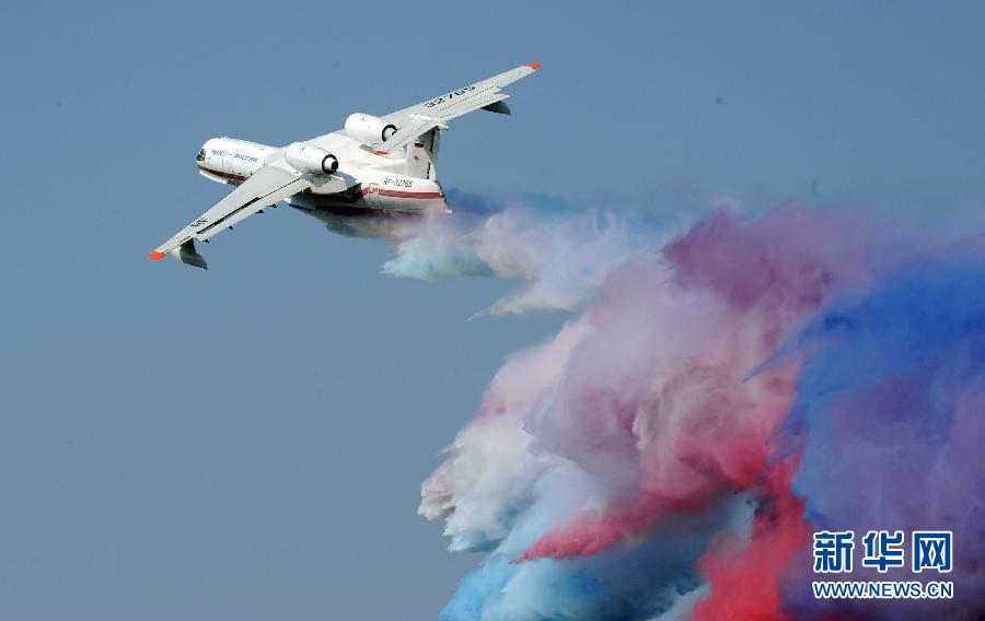 8月16日,一架俄罗斯消防飞机在莫斯科举办的俄罗斯第十届国际航空航