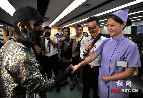 19月8日,毛孩于震环参加湖南省妇幼保健院特别筹办的一次相亲活动,与现场的湖南女护士们一一握手。