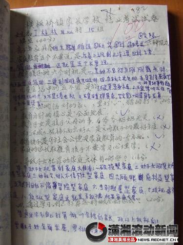 (周老师给家长批改的结业考试试卷.图/潇湘晨报滚动新闻记者 徐蓉图片