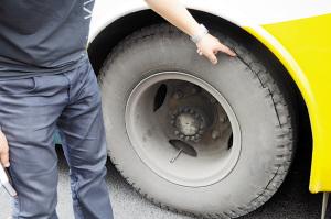 公交车轮胎出现小指粗裂缝 仍满载乘客行驶