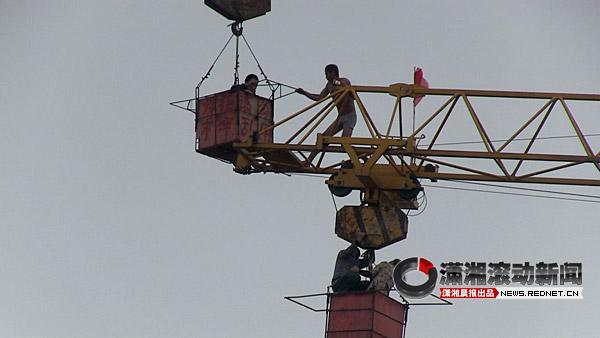 个塔吊送来一个工作人员
